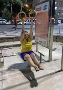 Lia brincando com gymnastics rings