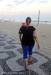 Lia Caldas caminhando na praia