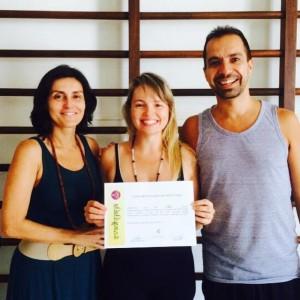 Recebendo o diploma dos professores e diretores do curso Adriana da Cunha e Daniel Rivas
